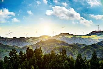 Paisagem ensolarada com moinhos de vento