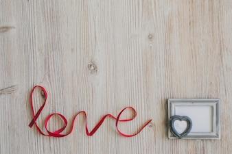 """Palavra """"amor"""" com uma moldura cinza"""