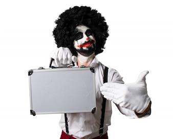 Palhaço assassino segurando uma maleta