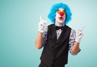 Palhaço engraçado com fundo azul