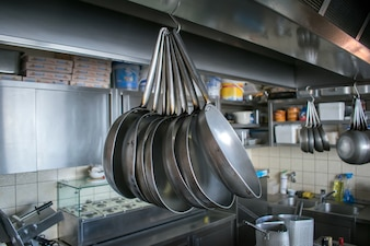 Panelas na cozinha prontas para uso
