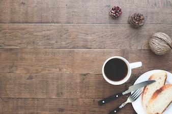Pão caseiro fatiado com café na mesa de madeira com espaço na cópia
