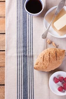 Pão com outros ingredientes para o pequeno almoço