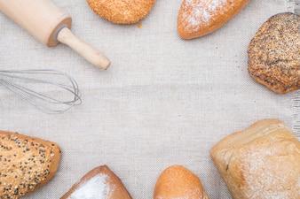 Pão de padaria em uma mesa de madeira.