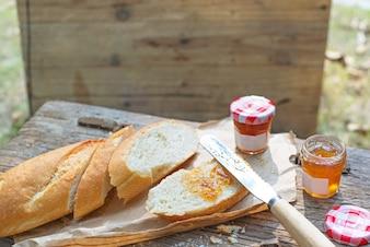 Pão e saborosa geléia de laranja