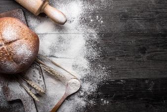 Pão fresco em um fundo de madeira