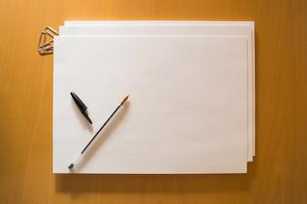 Papéis e caneta no desktop