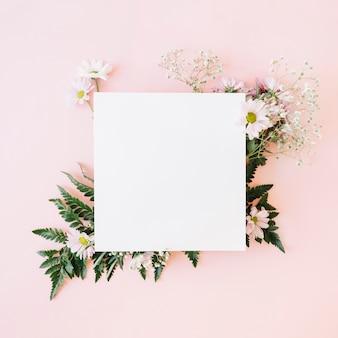 Papel sobre flores