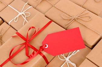 Parcelas com tag de presente vermelha