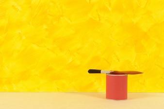 Parede amarela com lata de tinta