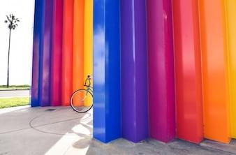 Parede colorida e moto