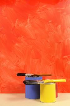 Parede vermelha com potes de pintura