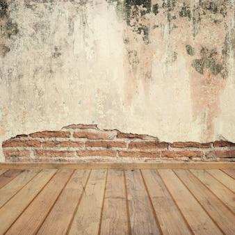 Paredes de concreto e piso de madeira