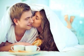 Pares no amor que tem o café da manhã juntos