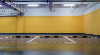 parque de estacionamento amarelo