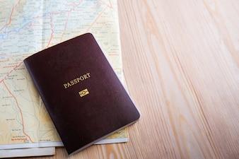 Passaporte no mapa e copie espaço para texto
