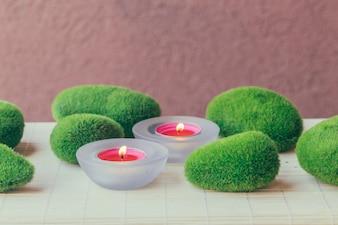 Pebbles e velas com musgo