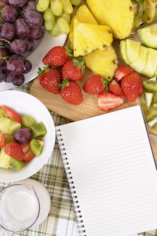 Pedaços de frutas sobre a mesa