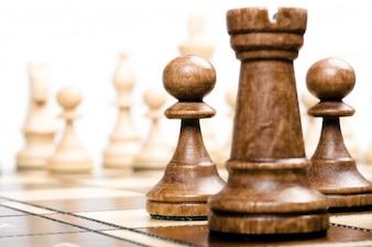 Pedaços de xadrez em primeiro plano