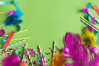 Penas coloridas com varas dos doces