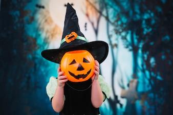 Pequena bruxa escondendo o rosto