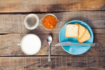 Pequeno-almoço com tomate e torradas