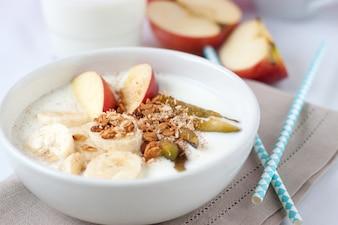 Pequeno-almoço saudável com frutas e cereais