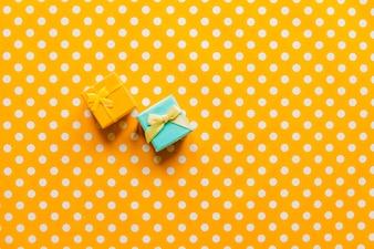 Pequenos presentes em fundo colorido