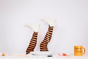 Pernas em sapatos de lona brancos