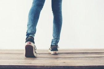 Pés que andam para trás e sapatos azuis