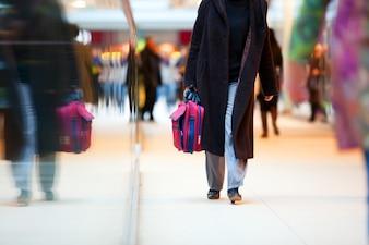 Pessoa que anda com uma mala