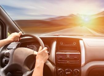 Pessoa que viaja na estrada