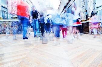 Pessoas andando em um shopping center