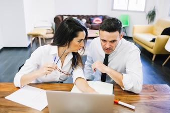 Pessoas de negócios modernas olhando laptop