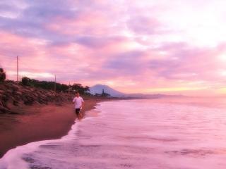 Pessoas que estão correndo ao longo da praia