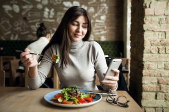 Pessoas saudáveis comer mulher feliz