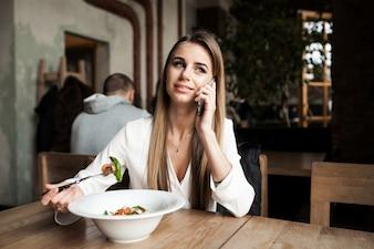 Pessoas saudáveis menina almoço feliz