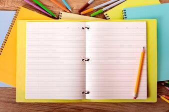 Pilha de cadernos no espaço de trabalho