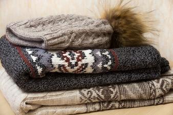 Pilha de roupas de inverno
