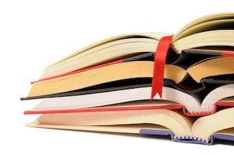 Pilha pequena de livros abertos