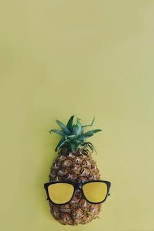 Pinapple engraçado com óculos de sol