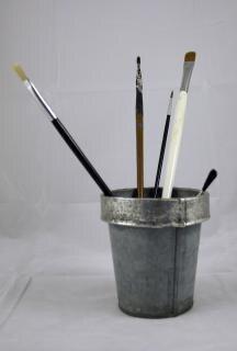Pincéis de pintura em lata
