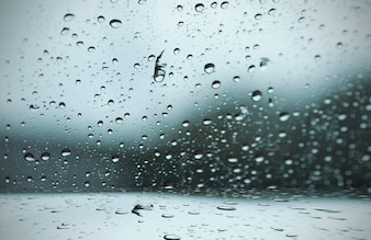 Pingo de chuva turva para a janela