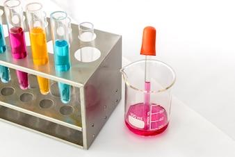 Pipeta de laboratório com tubo de ensaio