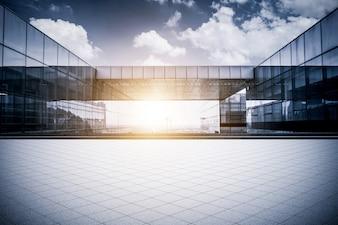 Piso vazio com prédio moderno de escritórios empresariais