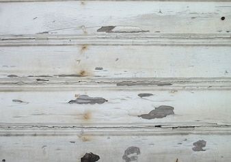 Placas de madeira com pintura danificada