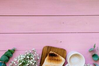 Plantas, pão, caneca de café e espaço para cópia