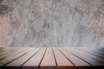 Plataforma vazia de espaço de mesa de madeira e fundo desfocado para montagem de exibição de produtos.