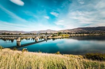 Ponte que cruza um lago