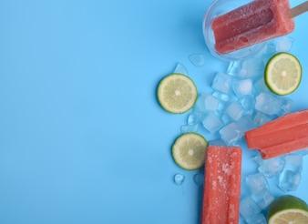 Popsicle e limão em um fundo azul